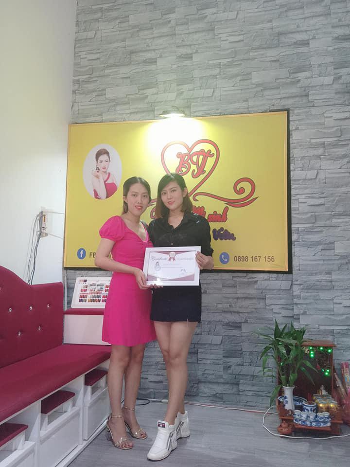 Học viên nhận bằng Tốt nghiệp sau khoá đào tạo nail tại Đà Nẵng